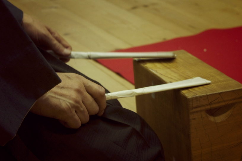 The hyōshiban, wood blocks used in training to reproduce the beats of the three drums. (Photo: Elaine Czech)